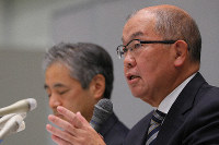 Juntendo University President Hajime Arai, right, and School of Medicine chief Hiroyuki Daita answer questions about the school's questionable practice in past entrance exams during a press conference in Tokyo on Dec. 10, 2018. (Mainichi/Naoaki Hasegawa)
