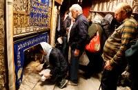 12月11日、今年のクリスマスシーズンに、キリスト生誕地であるベツレヘムを訪れる観光客が過去最多に達する見通しだ。ベツレヘムを治めるパレスチナ自治政府の観光・遺跡庁が10日、明らかにした。写真はベツレヘムで10日撮影(2018年 ロイター/Raneen Sawafta)
