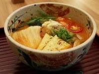 冷やしそうめんと並ぶ人気という「トマト味噌(みそ)にゅうめん」。見た目よりもあっさりした汁が印象的だ=奈良県桜井市の千寿亭で、稲生陽撮影