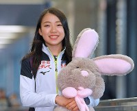 Figure skater Rika Kihira carries a large stuffed toy rabbit upon her arrival at Narita International Airport in the city of Narita, Chiba Prefecture, on Dec. 11, 2018, after she won the Grand Prix of Figure Skating Final in Vancouver. (Mainichi/Koichiro Tezuka)