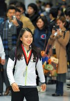 Figure skater Rika Kihira shows off her gold medal for winning the Grand Prix of Figure Skating Final upon her return to Narita International Airport in the city of Narita, Chiba Prefecture, on Dec. 11, 2018. (Mainichi/Koichiro Tezuka)