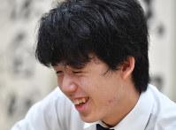 第49期新人王戦で最年少優勝を決め、感想戦で笑顔を見せる藤井聡太七段=大阪市福島区の関西将棋会館で2018年10月17日午後3時51分、木葉健二撮影