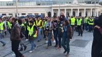 「黄色いベスト」を着てモンペリエの駅前を歩くデモの参加者