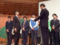 奈良県市町村政策自慢大会で最上位の「政策自慢大賞」を受賞した王寺町の越智耕太さん(左から2人目)=奈良市で、新宮達撮影