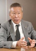 インタビューに答えるエディオンの久保允誉会長兼社長=平川義之撮影