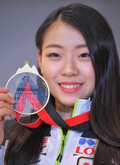 Figure skater Rika Kihira shows off her gold medal for winning the Grand Prix Final upon her return to Narita International Airport in the city of Narita, Chiba Prefecture, on Dec. 11, 2018. (Mainichi/Koichiro Tezuka)