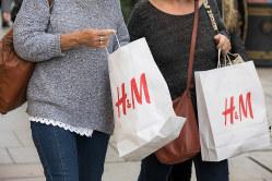 アパレル企業が買い物袋を紙製にするなど環境の持続可能性を意識した取り組みが広がっている(Bloomberg)