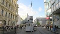 ベルリンの壁を外国人が徒歩で越えられる関門だったチェックポイントチャーリーの跡。筆者も28年前に通過した(写真は筆者撮影)