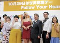 乾癬(かんせん)啓発のファッションショーに参加した道端アンジェリカさん(中央)と患者ら=東京都千代田区で10月24日