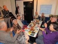 デイサービス仲間の高齢者たちが集まった「介護スナック 竜宮城」。2時間あまり、お酒とおつまみとカラオケを楽しんだ=神奈川県横須賀市で