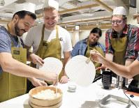 インバウンド向けツアーの料理教室で酢飯を作る外国人観光客=東京都千代田区で、内藤絵美撮影