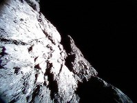 小型探査ロボットが10月20日に撮影した小惑星リュウグウの表面の画像=宇宙航空研究開発機構提供