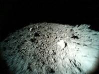 小型探査ロボットが10月26日にジャンプしながら撮影した小惑星リュウグウの表面の画像=宇宙航空研究開発機構提供