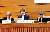 インターネットに絡んだ犯罪から子どもたちを守る取り組みを発表する松村友慎さん(中央)=スイス・ジュネーブの国連欧州本部で2、大谷弁護士提供