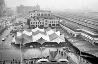 年末帰省のピークに備えて大阪駅前に設営された臨時待合所となる巨大テント=1967年12月27日撮影