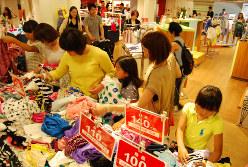 2014年4月の消費増税後、夏のセールで賑わう売り場