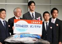 Los Angeles Angels' two-way talent Shohei Ohtani, center, receives a whole tuna, a bonus prize for winning the Mainichi sporting figure awards' grand prix in Tokyo's Bunkyo Ward on Dec. 13, 2018. (Mainichi/Junichi Sasaki)
