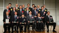 Mainichi sporting figure award recipients are pictured with related parties during the award ceremony in Tokyo's Bunkyo Ward on Dec. 13, 2018. (Mainichi/Naoaki Hasegawa)