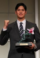 Los Angeles Angels' two-way talent Shohei Ohtani poses for photos while holding a bronze statuette of the late Japanese athlete Kinue Hitomi, Japan's first female Olympic medalist, for winning the grand prix in 2018 Mainichi sporting figure awards, in Tokyo's Bunkyo Ward on Dec. 13, 2018. (Mainichi/Naoaki Hasegawa)
