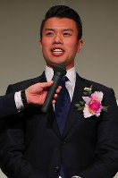 Curler Tsuyoshi Yamaguchi of SC Karuizawa Club speaks during the 2018 Mainichi sporting figure awards ceremony in Tokyo's Bunkyo Ward on Dec. 13, after the club in Nagano Prefecture, central Japan, was awarded the culture prize. (Mainichi/Naoaki Hasegawa)