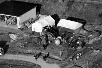 <愛犬家殺害事件>1994年1月26日、大阪の愛犬家が相次いで失踪した事件で、自称・犬の訓練士の男が死体遺棄容疑で逮捕された。後に5人の殺害が判明。95年1月には埼玉県内で愛犬家ら男女4人が殺害された事件で犬猫繁殖販売業の男と元妻が逮捕された。写真は早朝から長野県塩尻市内の畑地を捜索する大阪府警と長野県警の共同捜査本部=1994年1月26日、本社ヘリから撮影