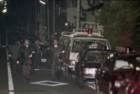 <富士写真フイルム専務殺害事件>1994年2月28日、富士写真フイルム専務の鈴木順太郎さん(61)が東京都世田谷区の自宅玄関前で暴力団組員に刃物で刺され殺害された。93年8月には阪和銀行副頭取、小山友三郎さん(62)が和歌山市の自宅前で拳銃で撃たれ死亡した。94年9月には住友銀行名古屋支店長、畑中和文さん(54)が名古屋市の自宅マンション前で拳銃で撃たれて死亡。企業幹部を狙った殺人事件が相次いだ。写真は富士写真フイルム専務が刺された自宅周辺に駆けつけた多数の警察車両と付近を調べる捜査員たち=東京都世田谷区で1994年2月28日、山下浩一撮影
