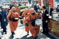 <地下鉄サリン事件>1995年3月20日、東京都の地下鉄日比谷線、千代田線、丸ノ内線の3路線5車両で猛毒のサリンがまかれる事件が発生。乗客が次々と倒れ、13人が死亡、約6300人が負傷した。化学物質を使用した史上最悪の無差別テロ事件はオウム真理教の犯行だった。警視庁は教団施設を一斉捜索するなど本格捜査に着手。松本智津夫(麻原彰晃)元死刑囚(2018年7月執行)を教祖とする教団の全容解明に着手した。写真は完全装備で営団地下鉄霞ヶ関駅構内に入る消防庁の化学機動隊=1995年3月20日撮影