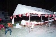 <毒物カレー事件>1998年7月25日、和歌山市の自治会の夏祭りでカレーを食べた住民ら67人が中毒症状になり、4人が死亡した。カレーには猛毒の亜ヒ酸を混入したとして殺人罪などに問われた林真須美死刑囚は、公判では無罪を主張。判決は「具体的な動機は明らかにならなかった」としたうえで「未必的な殺意」を認定した。写真は、カレーライスや調理器具が残る事件発生直後の祭り会場のテント=1998年7月25日午後8時半すぎ