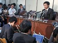 <光市母子殺害事件>1999年4月14日、山口県光市の主婦、本村弥生さん(23)と長女夕夏ちゃん(生後11カ月)が自宅で殺害された。殺人罪などで起訴された事件当時18歳の男に対する1、2審の無期懲役判決を最高裁は破棄し、差し戻し上告審で死刑が確定した。最高裁は「少年だったことなどを考慮しても、刑事責任はあまりに重大」とした。写真は、差し戻し上告審の判決言い渡し後、記者会見をする遺族の本村洋さん(右端)=東京・霞が関の司法記者クラブで2012年2月20日午後3時38分、武市公孝撮影