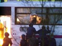 <西鉄バスジャック事件>2000年5月3日、佐賀市を出発した西鉄高速バスを無職少年(17)が乗っ取り、乗客の女性1人を刺殺、4人を負傷させた。バスは乗客らを乗せたまま広島県内のサービスエリアに停車。少年は乗客を人質にバスに立てこもった。警察官がバスに突入し、事件発生から15時間半後に少年を逮捕した。写真は少年に乗っ取られたバスに突入する警察官=東広島市のサービスエリアで2000年5月4日午前5時3分、川田雅浩撮影