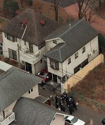 <世田谷一家殺害事件>2000年12月31日、東京都世田谷区の宮沢みきおさん(44)宅で、宮沢さんと妻泰子さん(41)、長女にいなさん(8)、長男礼ちゃん(6)の一家4人が殺害されているのが見つかった。現場から犯人のものと見られる指紋や血痕が採取され、DNA型も判明しているが、容疑者特定にいたっていない。写真は一家4人が死んでいるのが見つかった宮沢みきおさん方(右上)=東京都世田谷区で2000年12月31日午後0時35分、本社ヘリから岩本準一撮影