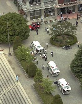 <大阪教育大付属池田小事件>2001年6月8日、大阪教育大付属池田小に包丁を持つ男が乱入。1、2年生の児童8人を刺殺し、児童13人と教師2人に重軽傷を負わせた。殺人罪で起訴された宅間守元死刑囚を判決は「真摯(しんし)な反省の情など全くない」と非難。死刑確定から1年後の04年9月に刑が執行された。写真は事件発生直後の池田小=大阪府池田市で2001年6月8日午前11時すぎ、本社ヘリから三村政司撮影