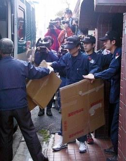 <北九州連続監禁殺人事件>2002年3月6日、北九州市のマンションに監禁されていた17歳の女性が脱出したのをきっかけに、松永太死刑囚による連続監禁殺人事件が発覚した。逮捕・起訴された女の家族ら計7人が、通電などの暴行を受けて死亡したり、絞殺されたりしていた。女は「松永死刑囚の虐待を受け追従的な関与だった」として死刑が回避され、無期懲役が言い渡された。写真はマンションに入る捜査員=北九州市小倉北区で2002年3月15日午後2時23分、杉山恵一撮影