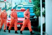 <マブチモーター社長宅放火殺人事件>2002年8月5日、千葉県松戸市のマブチモータ社長、馬渕隆一さん方に男2人が侵入、馬渕さんの妻悦子さん(66)と長女由香さん(40)を絞殺し、現金と貴金属を奪ったうえ放火して逃走した。強盗殺人罪などに問われた男2人は死刑が確定。うち1人は拘置所で病死した。写真は放火の現場に入る消防署員=2002年8月