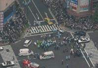 <秋葉原無差別殺傷事件>2008年6月8日、東京都千代田区の秋葉原電気街の交差点で、トラックが歩行者らに突入。トラックから降りた男は次々とナイフで歩行者を刺し、7人が死亡、10人が負傷した。死刑を言い渡された加藤智大被告の動機について最高裁は「派遣社員として職を転々とする中で社会への不満を募らせ、孤独感を深めた」と指摘した。写真は騒然とする事件現場=東京都千代田区外神田で2008年6月8日午後1時18分、本社ヘリから小出洋平撮影