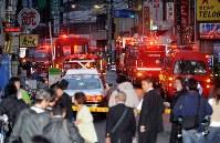 <個室ビデオ店放火事件>2008年10月1日、大阪市浪速区の個室ビデオ店で火災が発生し、16人の客が一酸化炭素中毒などで死亡した。ライターで火を付けたとして殺人と現住建造物等放火などの罪に問われた小川和弘被告に対し、最高裁は「個室内で過去を振り返り、自分を惨めに思って衝動的に自殺しようとした」と認定、上告を棄却し死刑が確定した。写真は騒然とする火災現場付近。右奥に「ビデオ試写室」の看板が見える=大阪市浪速区で2008年10月1日午前6時2分、小松雄介撮影