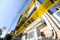 <座間9遺体事件>2017年10月30日、神奈川県座間市のアパートで9人の遺体が見つかった。白石隆浩被告=強制性交等殺人罪などで起訴=がツイッターに自殺願望を書き込んだ女性にメッセージを送る手口で自殺に誘い込み、殺害したとされる。写真は立ち入り禁止のテープが張られた現場アパート=神奈川県座間市で2017年11月10日午前9時15分、小出洋平撮影