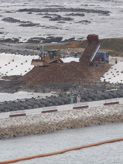 沖縄県名護市辺野古沿岸部の埋め立てが始まり、投入される土砂=2018年12月14日午後3時3分、本社ヘリから