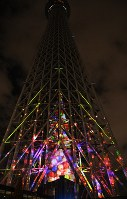 東京スカイツリーに投影されたプロジェクションマッピング=2018年12月13日午後6時56分、川村咲平撮影