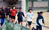 練習に汗を流す山田の選手たち=高知県香美市の同校で、北村栞撮影