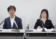 国や大阪府などを相手取った損害賠償請求訴訟の第1回口頭弁論後、記者会見する佐保輝之さん(左)とひかるさん=大阪市北区で2018年11月22日、野口由紀撮影