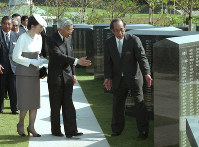 Emperor Akihito and Empress Michiko are briefed on the Cornerstone of Peace memorial bearing the names of people who died in the Battle of Okinawa in the last months of World War II, at the peace memorial park in the city of Itoman in the southernmost prefecture of Okinawa on Aug. 2, 1995. (Mainichi)