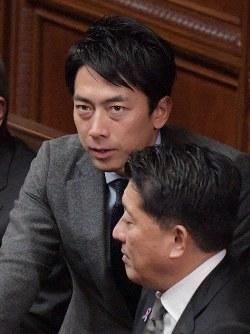 Shinjiro Koizumi, head of the Liberal Democratic Party Health, Labor and Welfare Division, talks with Takuya Hirai, minister in charge of science and technology policy, at a House of Representatives plenary session on Nov. 20, 2018. (Mainichi/Masahiro Kawata)
