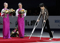 Yuzuru Hanyu walks on crutches during the awards ceremony of the Rostelecom Cup in Moscow. (Kyodo)