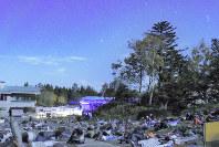 ゲレンデに寝そべって秋の星空を楽しむツアー参加者ら=竹地広憲撮影