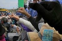 米軍普天間飛行場移設のための工事が進むキャンプシュワブのゲート前で、座り込んで埋め立てに抗議の声を上げる人たち=沖縄県名護市で2018年12月13日午前11時58分、和田大典撮影