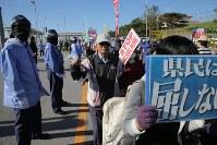 土砂投入が始まった14日から一夜明け、キャンプ・シュワブのゲート前で工事に抗議する人たち=沖縄県名護市で2018年12月15日午前10時13分、和田大典撮影