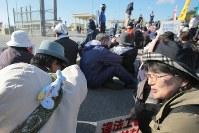 土砂投入に抗議し、キャンプ・シュワブのゲート前に座り込む人たち=沖縄県名護市で2018年12月15日午前9時51分、和田大典撮影