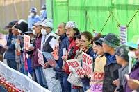辺野古沿岸部の埋め立て海域への土砂投入開始から一夜明け、米軍キャンプ・シュワブのゲート前で抗議の声を上げる人たち=沖縄県名護市で2018年12月15日午前8時23分、野田武撮影