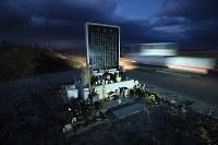 山元自動車学校跡地に建立された慰霊碑。震災の教訓は記されたが、名前は刻まれなかった=宮城県山元町で2018年11月30日、佐々木順一撮影